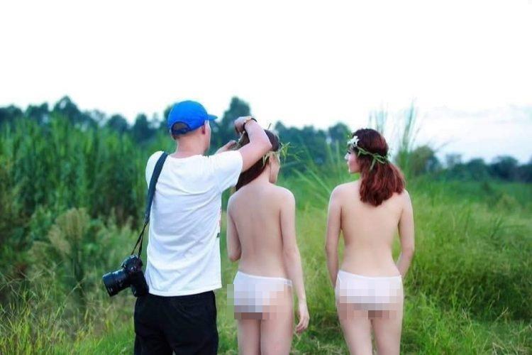 Hai gái xinh gây xôn xao với bộ ảnh mặc như không trong khi nam nhiếp ảnh gia tha hồ chỉnh sửa-1