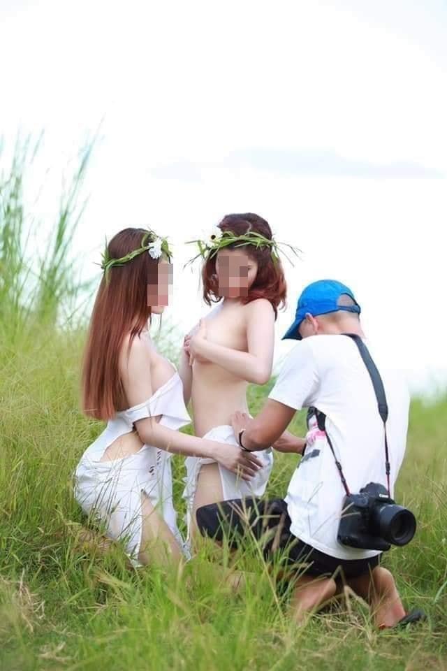 Hai gái xinh gây xôn xao với bộ ảnh mặc như không trong khi nam nhiếp ảnh gia tha hồ chỉnh sửa-2