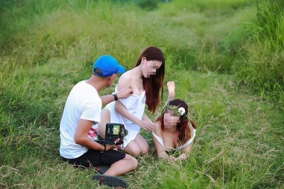 Hai gái xinh gây xôn xao với bộ ảnh mặc như không trong khi nam nhiếp ảnh gia tha hồ chỉnh sửa-6