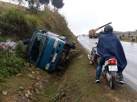 Sơn La: Xe tải lật như ngả rạ trên QL6 do trời mưa mù