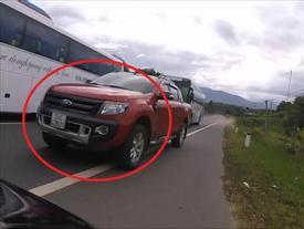 Video: Ô tô bán tải vượt kiểu 'cảm tử', suýt gây tai nạn thảm khốc