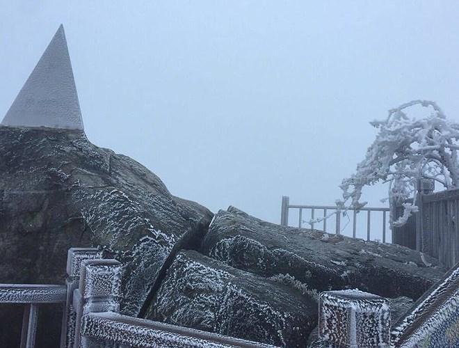 Đỉnh Fansipan đẹp ngỡ ngàng giữa trời tuyết trắng-13