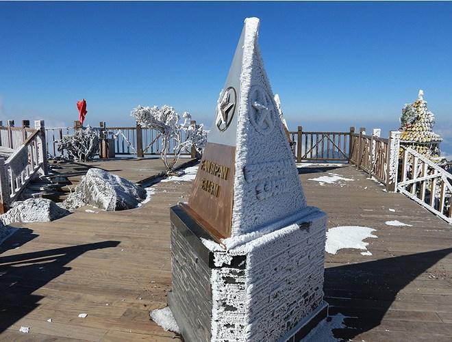 Đỉnh Fansipan đẹp ngỡ ngàng giữa trời tuyết trắng-14