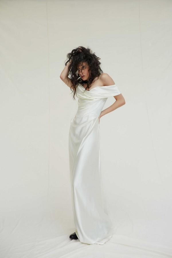 Ngắm nghía chiếc váy cưới chất liệu satin rất đỗi giản dị và thướt tha của Miley Cyrus-3