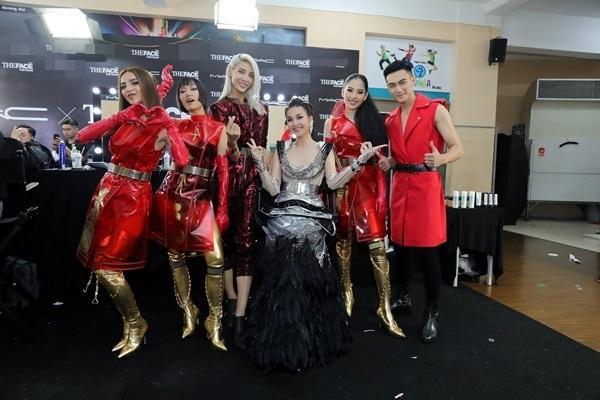 Thanh Hằng được chăm chút như nữ hoàng trước giờ lên sàn đấu chung kết The Face 2018-10