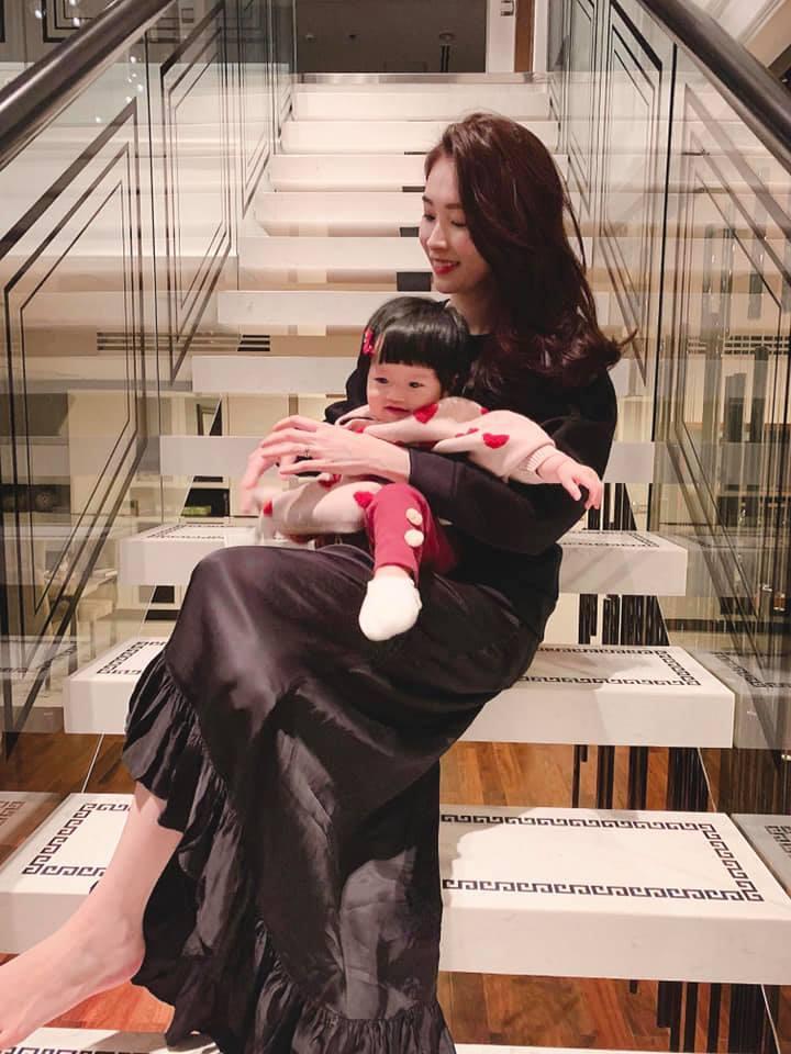 Khoe tổ ấm đẹp như mơ, hoa hậu Đặng Thu Thảo háo hức khi ái nữ được đón năm mới đầu tiên trong đời-3