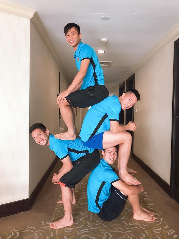 Cầu thủ tuyển Việt Nam rủ nhau chơi xếp hình, nhìn xuống Duy Mạnh fans chỉ thấy tội cho chàng trai ấy-4