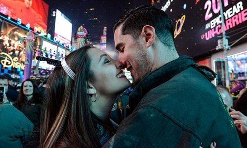 Ý nghĩa tuyệt vời của nụ hôn trong khoảnh khắc giao thừa ở phương Tây-2