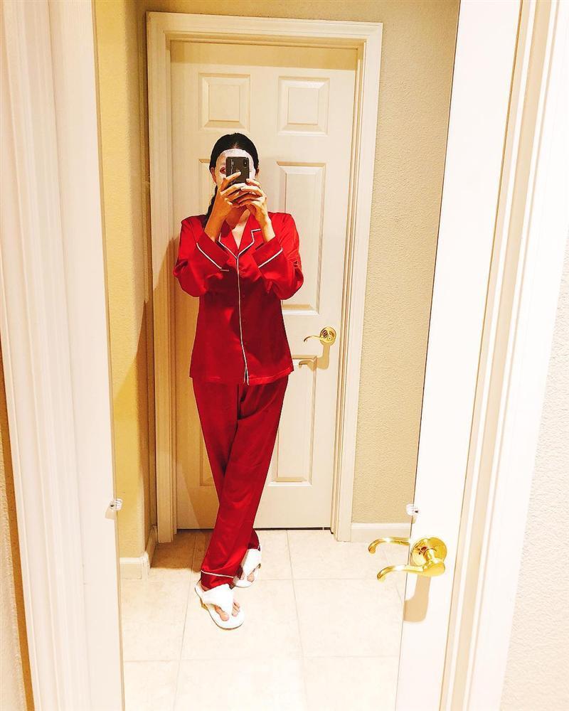 Giữa nghi án bầu bí, Phạm Hương bất ngờ tái xuất với trang phục thùng thình ngày đầu năm mới-1