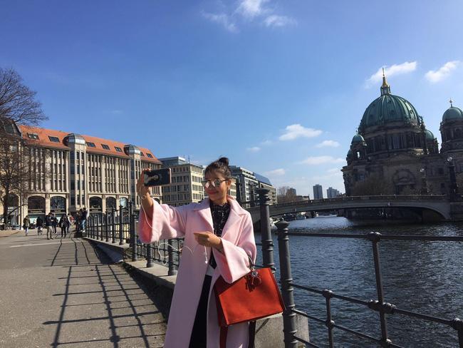 Giữa nghi án bầu bí, Phạm Hương bất ngờ tái xuất với trang phục thùng thình ngày đầu năm mới-6