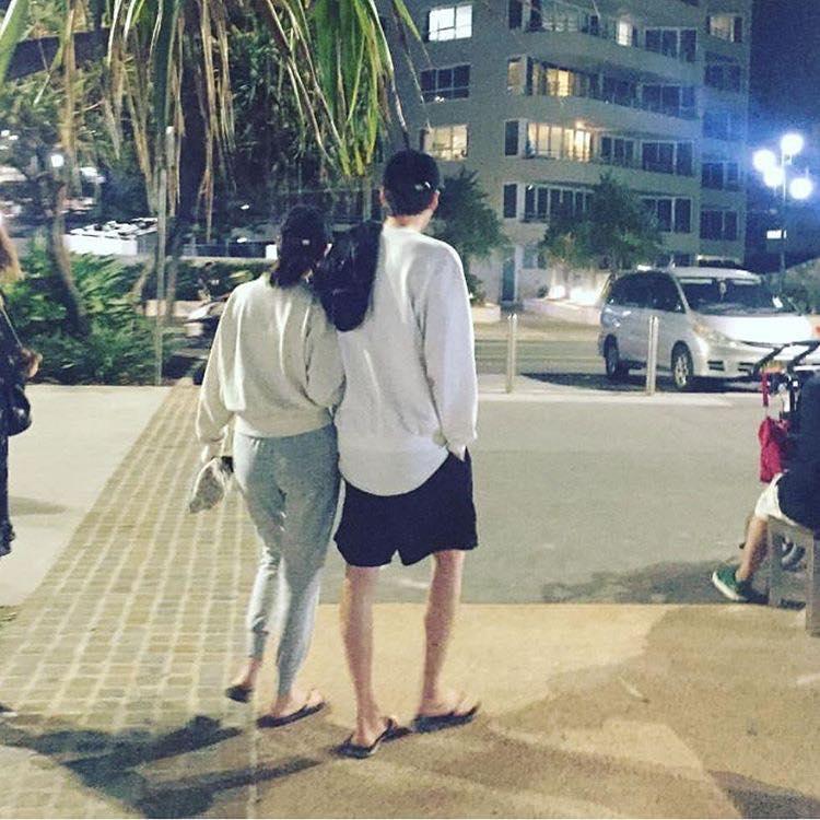 Kim Woo Bin tình tứ nắm tay bạn gái đi dạo sau thời gian dài điều trị ung thư-1