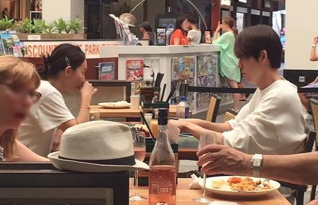 Kim Woo Bin tình tứ nắm tay bạn gái đi dạo sau thời gian dài điều trị ung thư-2