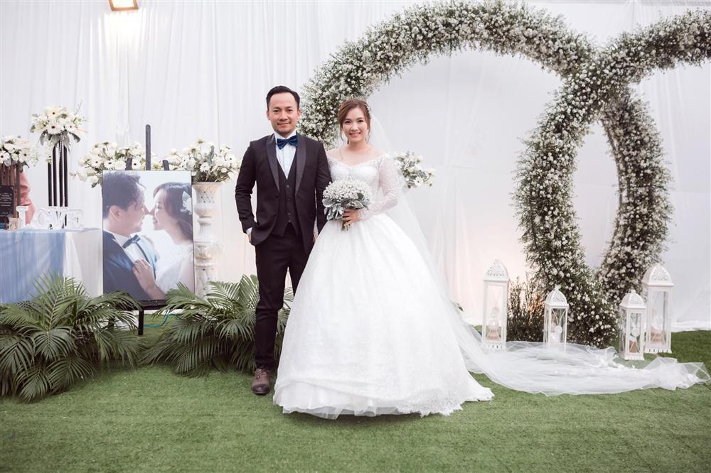 Rapper Tiến Đạt công khai loạt ảnh đám cưới nhà quê với bà xã Thụy Vy-1