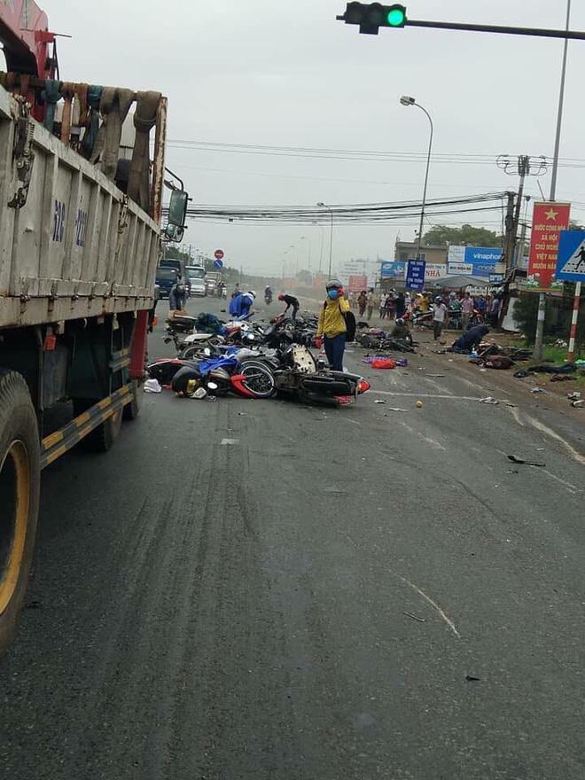 Hiện trường xe cộ nát bét, nằm la liệt sau vụ container mất phanh tông đoàn người chờ đèn đỏ-1