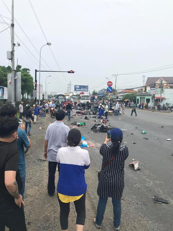 Hiện trường xe cộ nát bét, nằm la liệt sau vụ container mất phanh tông đoàn người chờ đèn đỏ-4