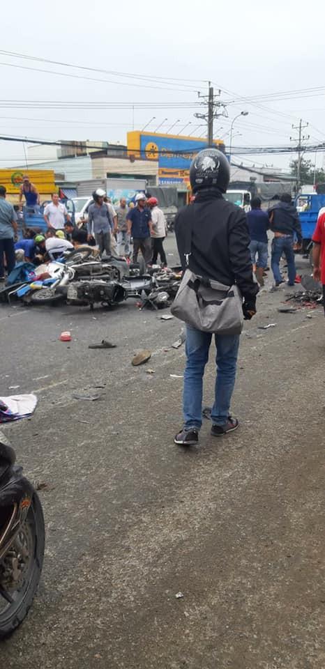Hiện trường xe cộ nát bét, nằm la liệt sau vụ container mất phanh tông đoàn người chờ đèn đỏ-5