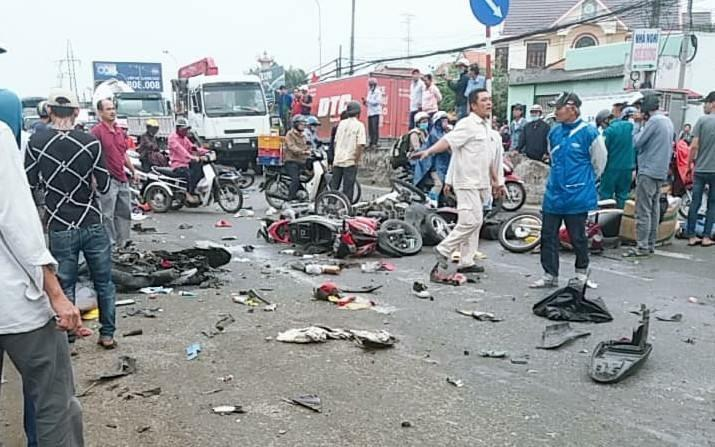 Xe container cuốn chục xe máy, 4 người chết chạy tốc độ bao nhiêu?-1