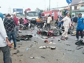 Clip ghi lại khoảnh khắc kinh hoàng container gây tai nạn thảm khốc ở Long An