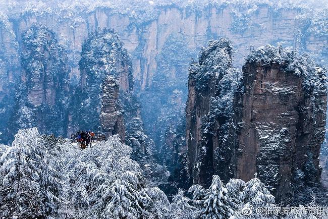 Du khách phấn khích trước cảnh tượng băng tuyết phủ trắng Trương Gia Giới-1