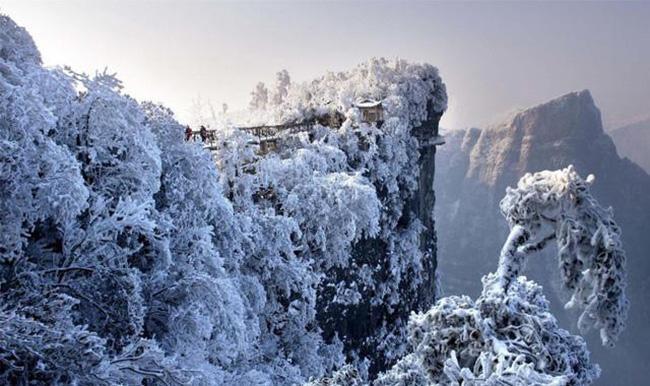 Du khách phấn khích trước cảnh tượng băng tuyết phủ trắng Trương Gia Giới-2