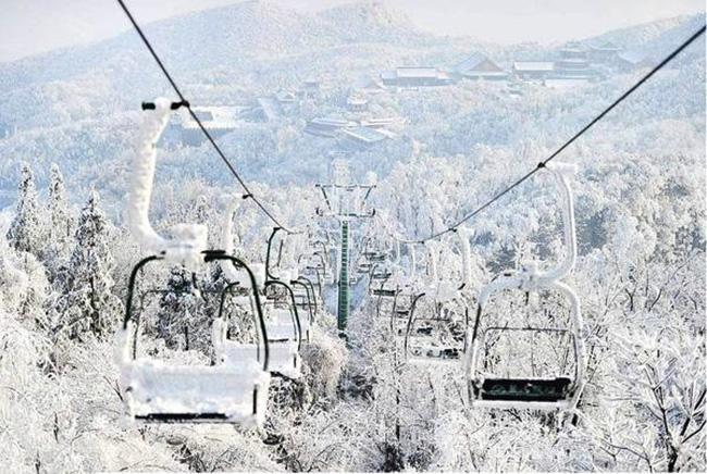 Du khách phấn khích trước cảnh tượng băng tuyết phủ trắng Trương Gia Giới-7