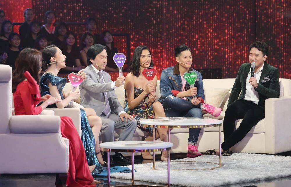 Hễ thấy trai đẹp là phấn khích, Hương Giang bị Trấn Thành bắt tém lại ngay trên sóng truyền hình-2