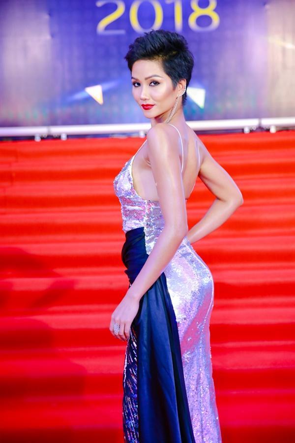 Cùng diện đầm cắt xẻ sexy, HHen Niê - Mỹ Linh - Hương Giang bất phân thắng bại trên thảm đỏ-2
