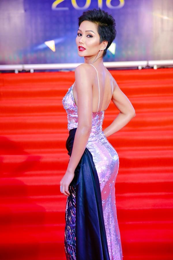Cùng diện đầm cắt xẻ sexy, HHen Niê - Mỹ Linh - Hương Giang bất phân thắng bại trên thảm đỏ-3