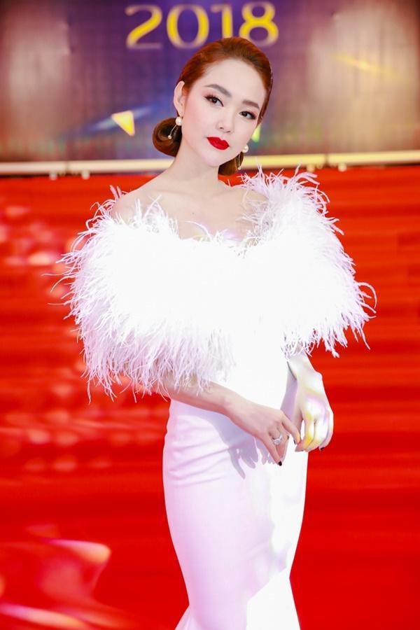Cùng diện đầm cắt xẻ sexy, HHen Niê - Mỹ Linh - Hương Giang bất phân thắng bại trên thảm đỏ-4