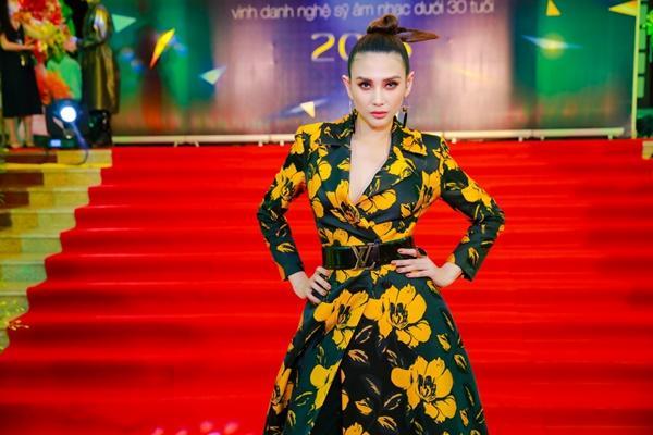 Cùng diện đầm cắt xẻ sexy, HHen Niê - Mỹ Linh - Hương Giang bất phân thắng bại trên thảm đỏ-7
