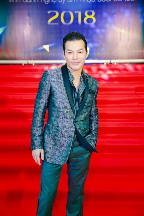 Cùng diện đầm cắt xẻ sexy, HHen Niê - Mỹ Linh - Hương Giang bất phân thắng bại trên thảm đỏ-12