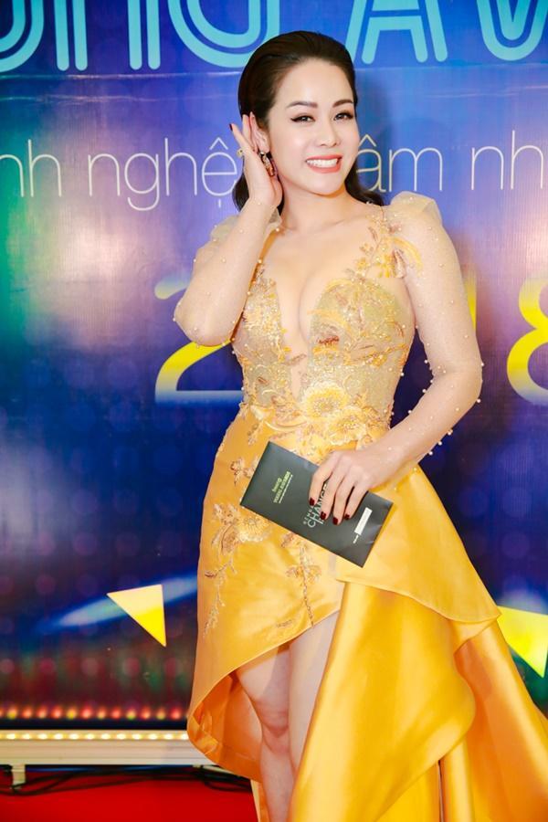 Cùng diện đầm cắt xẻ sexy, HHen Niê - Mỹ Linh - Hương Giang bất phân thắng bại trên thảm đỏ-15
