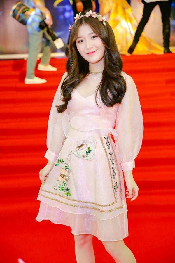 Cùng diện đầm cắt xẻ sexy, HHen Niê - Mỹ Linh - Hương Giang bất phân thắng bại trên thảm đỏ-16