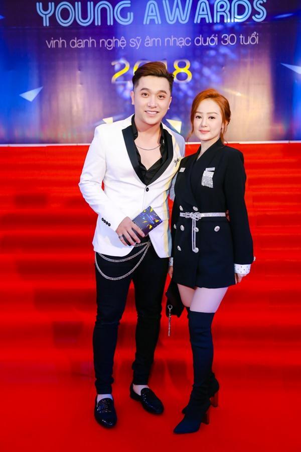 Cùng diện đầm cắt xẻ sexy, HHen Niê - Mỹ Linh - Hương Giang bất phân thắng bại trên thảm đỏ-19