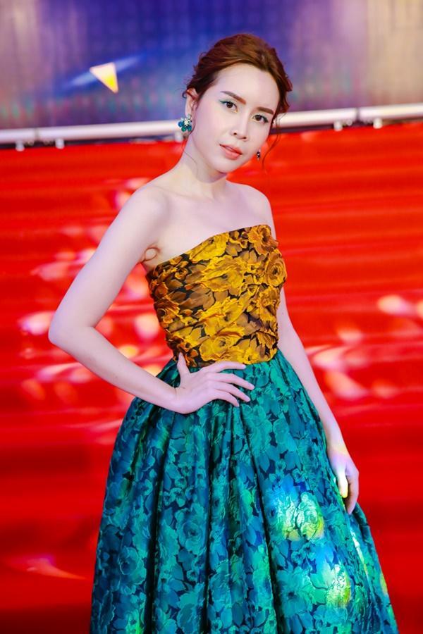 Cùng diện đầm cắt xẻ sexy, HHen Niê - Mỹ Linh - Hương Giang bất phân thắng bại trên thảm đỏ-20