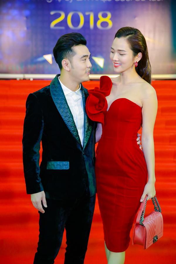 Cùng diện đầm cắt xẻ sexy, HHen Niê - Mỹ Linh - Hương Giang bất phân thắng bại trên thảm đỏ-21