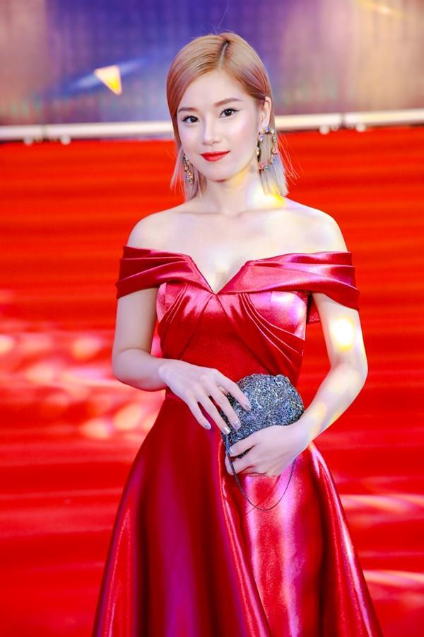 Cùng diện đầm cắt xẻ sexy, HHen Niê - Mỹ Linh - Hương Giang bất phân thắng bại trên thảm đỏ-22