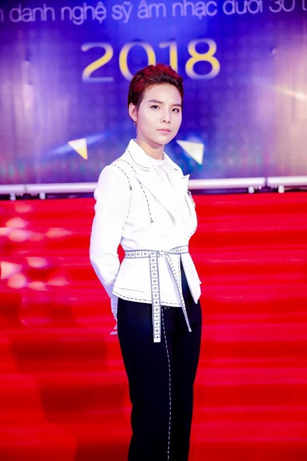 Cùng diện đầm cắt xẻ sexy, HHen Niê - Mỹ Linh - Hương Giang bất phân thắng bại trên thảm đỏ-28