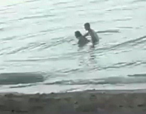 Cặp đôi khách Tây thản nhiên làm chuyện ấy ngay tại bãi biển công cộng-1