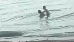 Cặp đôi khách Tây thản nhiên 'làm chuyện ấy' ngay tại bãi biển công cộng