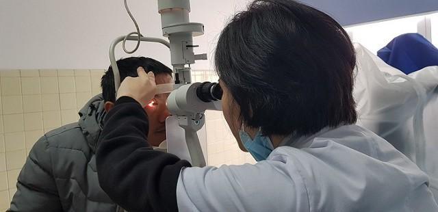 Quảng Bình: Một nam giới đối mặt với nguy cơ mù mắt phải vì chơi pháo hoa dịp lễ tết-2