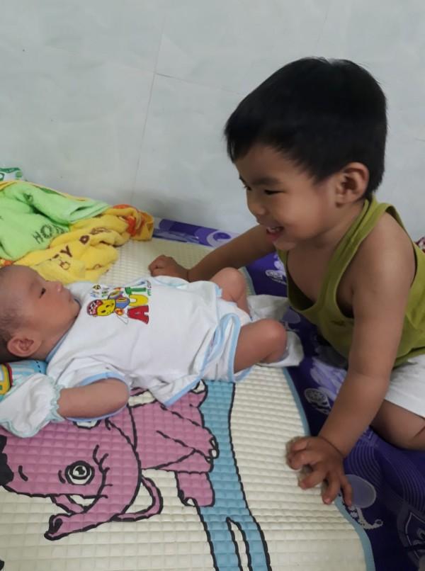 Cười ra nước mắt với chuyện kể của hội chị em bỉm sữa vì đẻ hai con quá sát nhau-9