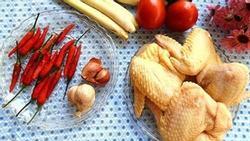 Canh gà nấu sả nóng hổi cho bữa tối mùa đông