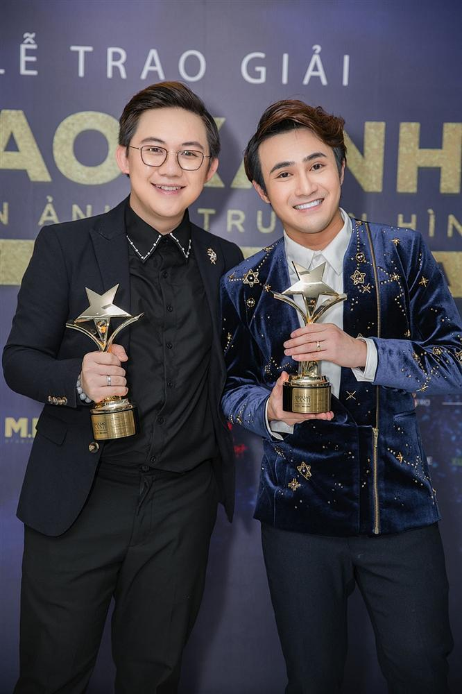 Huỳnh Lập chạy xe ôm đi nhận 4 giải thưởng trong cùng một đêm-1