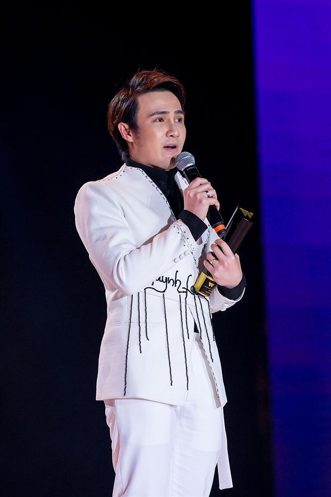 Huỳnh Lập chạy xe ôm đi nhận 4 giải thưởng trong cùng một đêm-9