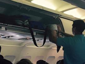 Hành khách gây sốc vì nhét trẻ con vào khoang hành lí xách tay máy bay