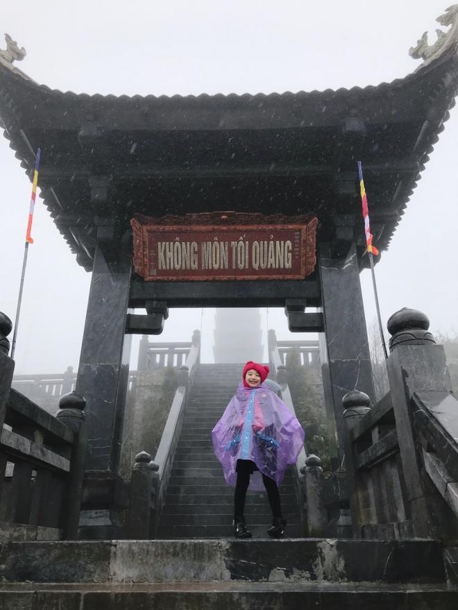 Ngọc Diễm đưa con gái lên đỉnh Fansipan lúc âm 4 độ C-4