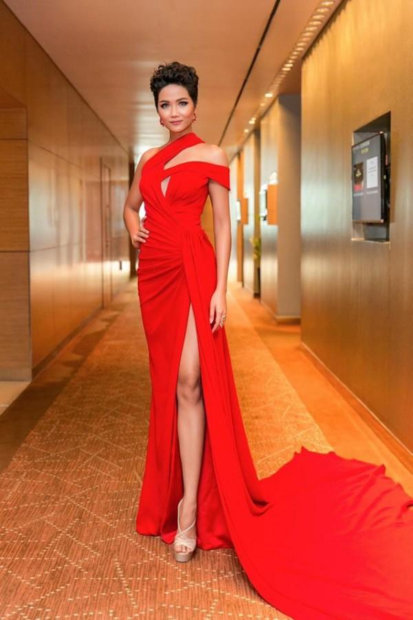Sau một năm đăng quang Hoa hậu Hoàn vũ, HHen Niê đã mê hoặc khán giả như thế nào?-9