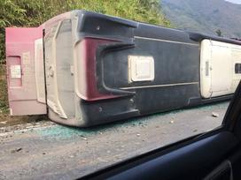 Lào Cai: Xe khách lật nghiêng đè chết cháu bé 15 tuổi đi xe máy