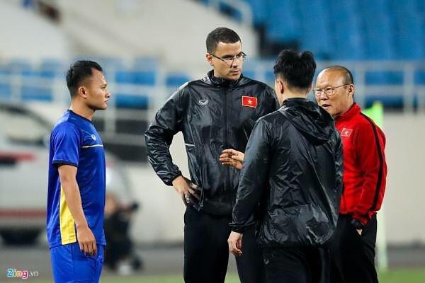 HLV thể lực tuyển Việt Nam tập hát Quốc ca để chuẩn bị cho Asian Cup-2
